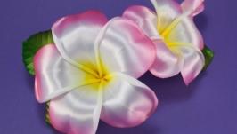 Шпильки с розовыми плюмериями из лент