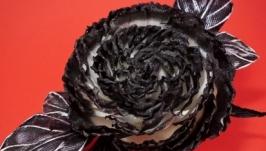 Брошка черно-белая с розой из ткани