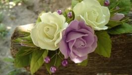 Веточка в прическу с сиреневыми и молочными розами и веточками из бусин