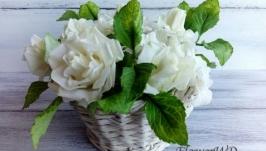 Білі троянди та гортензія в кошику