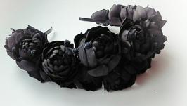 Венок на голову с черными бархатными пионами