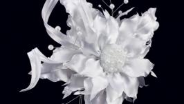 Заколка свадебная с белым цветком из ткани