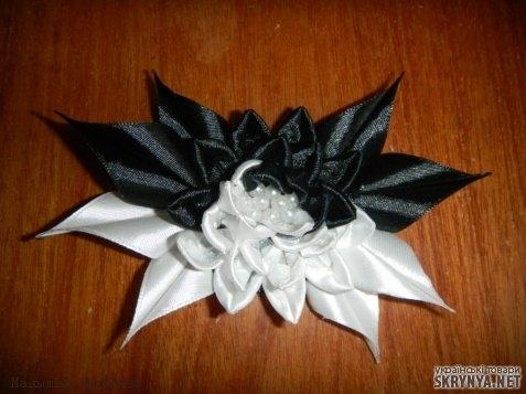 Черно белые цветы из атласной ленты своими руками