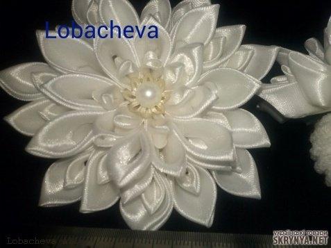 Цветок из белой ленты