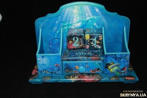 тут зображено Настольное бюро с вечным календарем ′Тайны морских глубин′