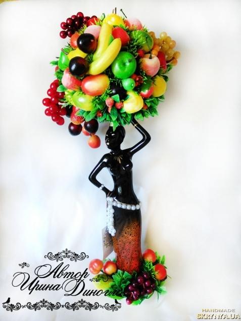 тут изображено Эфиопка′ держащая на голове корзину с фруктами!