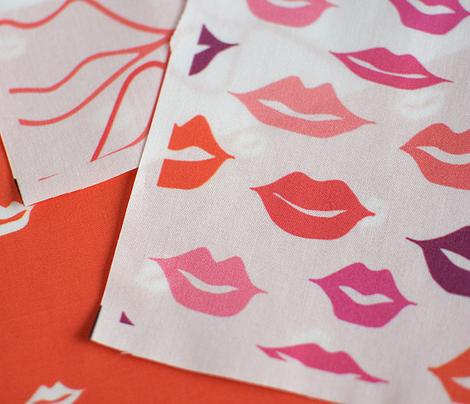 mini lips white on red