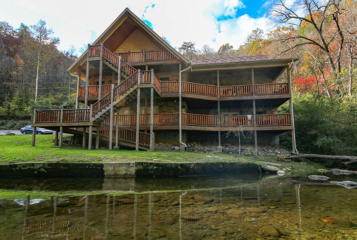 Pigeon forge cabin riverside lodge 5 bedroom sleeps 21 for 1 bedroom pet friendly cabins in gatlinburg tn