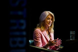 Democratic gubernatorial candidate Wendy Davis speaks with Evan Smith at a TribLive event in Austin, TX.