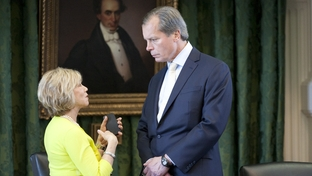 Sen. Florence Shapiro (l), R-Plano, discusses a matter with Lt. Gov. David Dewhurst on May 5, 2011 one day after the Senate passed HB1 the state budget.