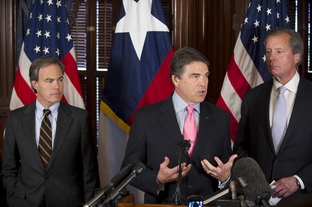House Speaker Joe Straus, left, Gov. Rick Perry and Lt. Gov. David Dewhurst at a post-session press conference on May 31, 2011.