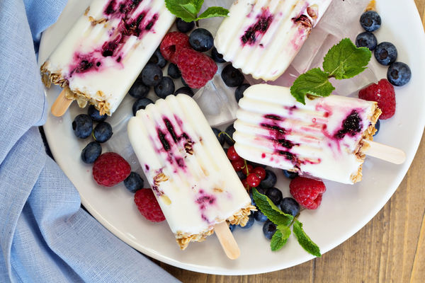 Low-Fat Recipe: Blueberry Yogurt & Granola Popsicles