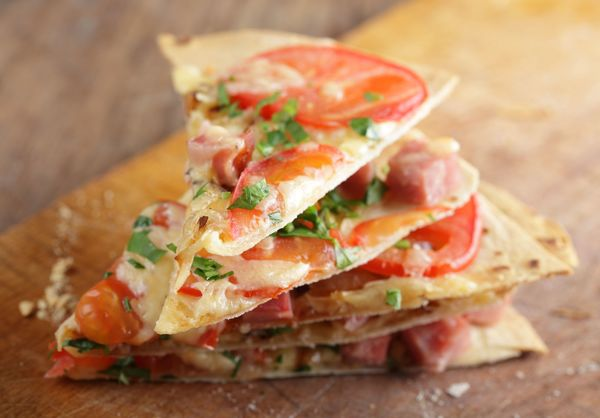 No Hassle Recipe: Easy Tortilla Pizza with Ham & Tomato