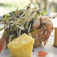 Intalatina di campo con ananas baby, gamberi scottati, germogli di senape con gocce di riduzione di aceto balsamico Recipe