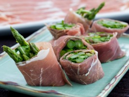 Prosciutto Rolls with Asparagus and Arugula