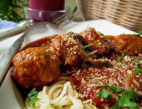 Spaghetti With Olives and Tomato (Spaghetti Alla Puttanesca)
