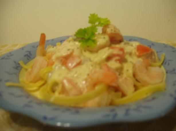 Cheesy Alfredo Sauce With Mushrooms and Fresh Tomato