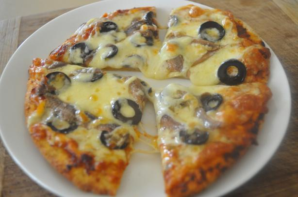 Quick Pizza With Olives and Anchovies