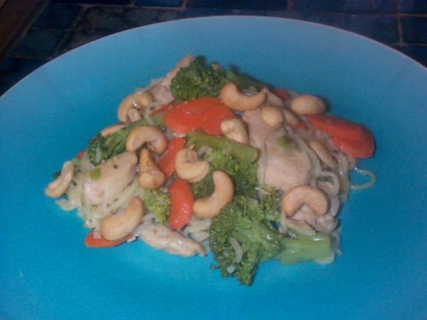 Chicken, Broccoli, and Cashew Stir-Fry (Flat Belly Diet Recipe)
