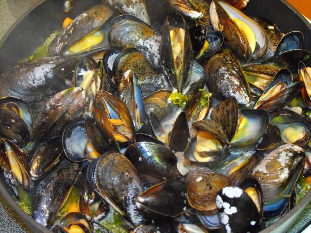 Fragrant Steamed Mussels in Vermouth With Herbs and Shallots