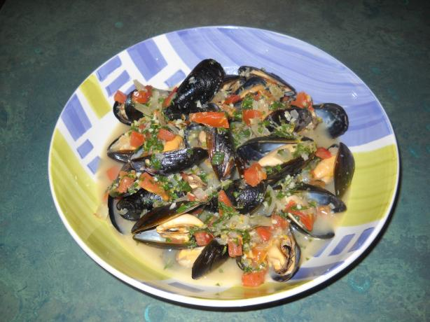 Mussels in Tomato-Basil Wine Sauce
