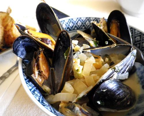 "Easy ""6"" Ingredient Steamed Mussels in Beer"