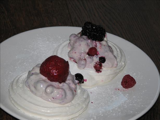Meringue With Strawberries and Cream