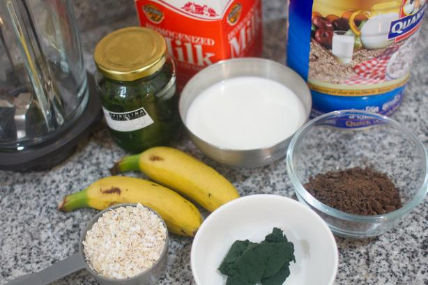 Banana, Chocolate, Oats and Spirulina Smoothie