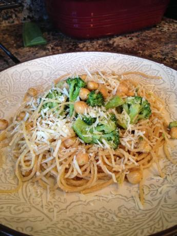 Spaghetti With Broccoli, Chickpeas, and Garlic