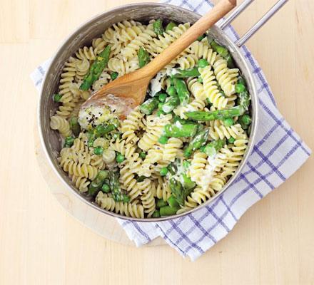 Creamy pasta with asparagus & peas