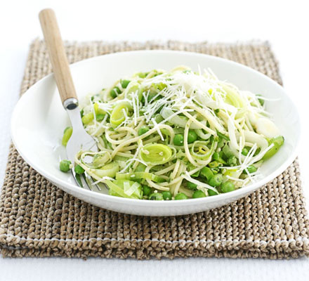 Spaghetti with leeks, peas & pesto