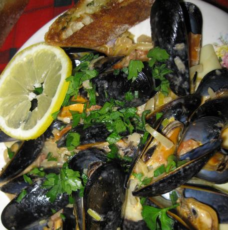 Sarasota's Creamy Mussels over Pasta With Herb Bread