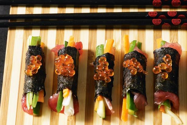 Tuna & vegetable nori rolls with salmon roe