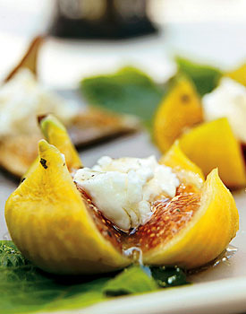 Fresh Figs with Goat Cheese and Peppered Honey