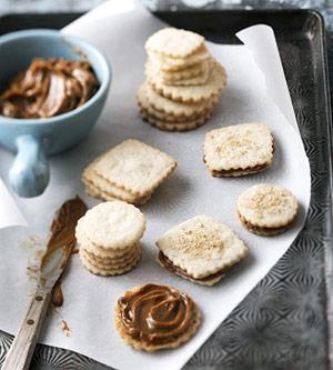 Alfajores (Argentine Caramel Sandwich Cookies)