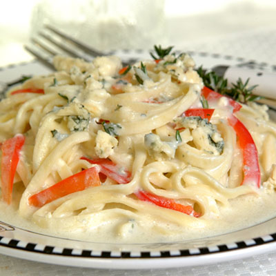 Linguine With Onion, Red Pepper and Gorgonzola