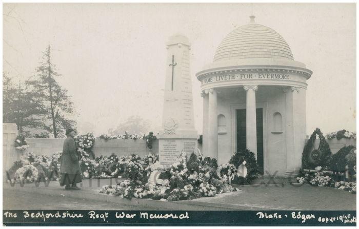 Postcard front: The Bedfordshire Regt War Memorial