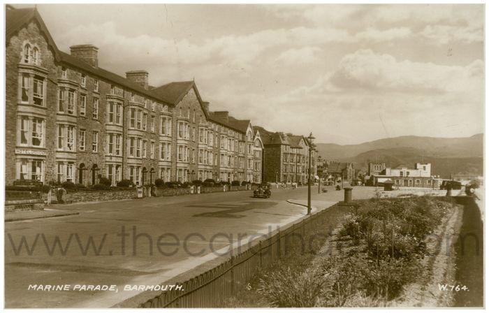 Postcard front: Marine Parade, Barmouth.
