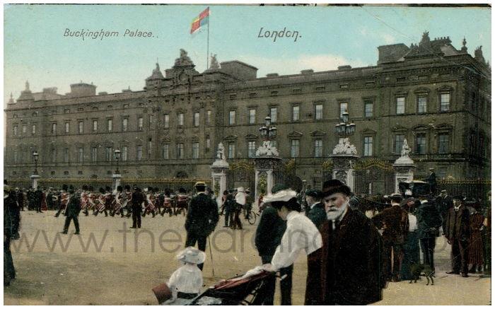 Postcard front: Buckingham Palace. London.