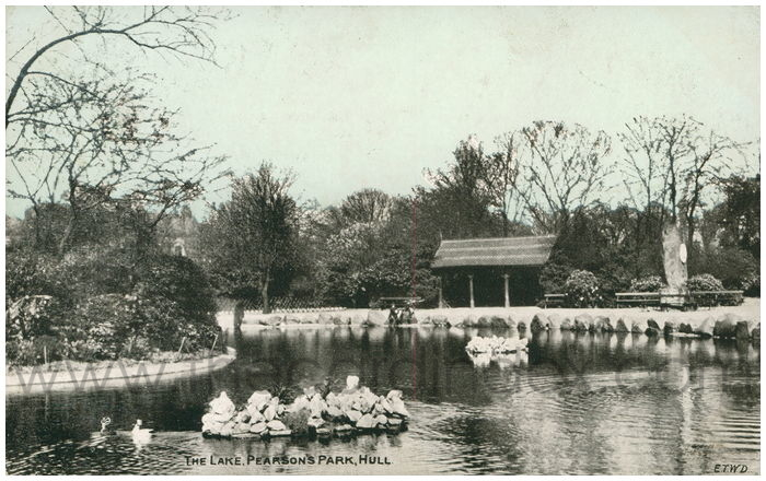 Postcard front: The Lake, Pearson's Park, Hull