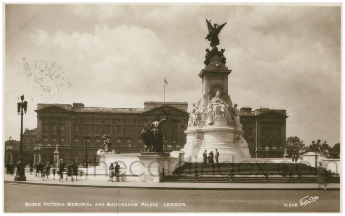 Postcard front: Queen Victoria Memorial and Buckingham Palace London