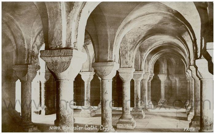 Postcard front: Worcester Catht. Crypt.