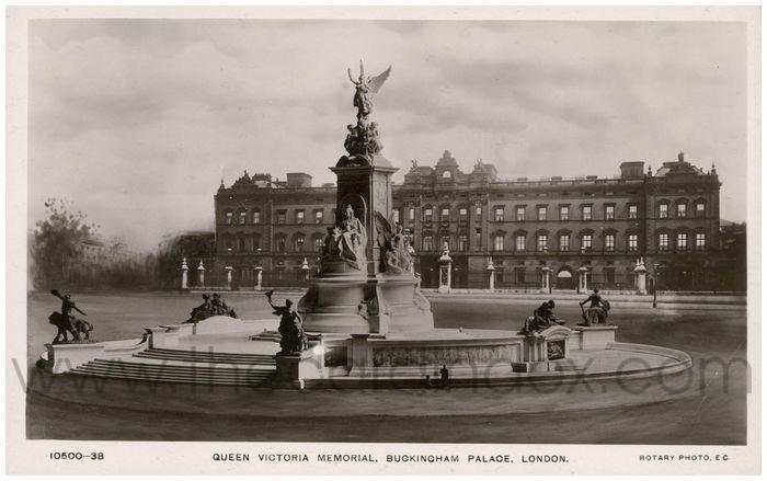 Postcard front: Queen Victoria Memorial, Buckingham Palace, London.
