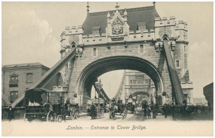 Postcard front: London. - Entrance to Tower Bridge.