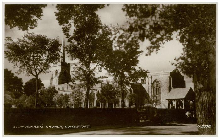 Postcard front: St. Margaret's Church, Lowestoft.