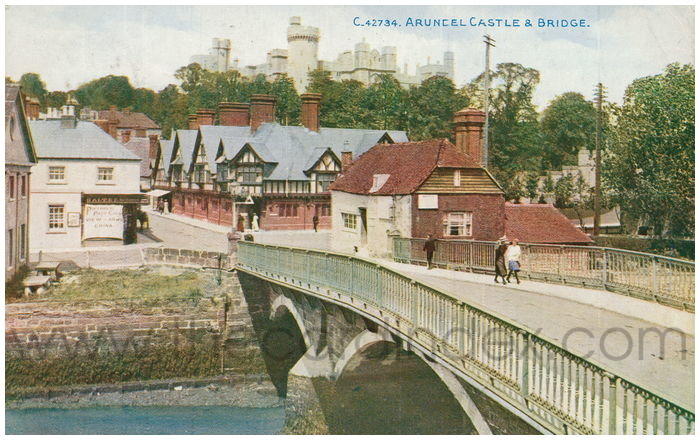 Postcard front: Arundel Castle & Bridge.