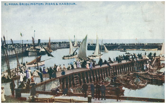 Postcard front: Bridlington: Piers & Harbour