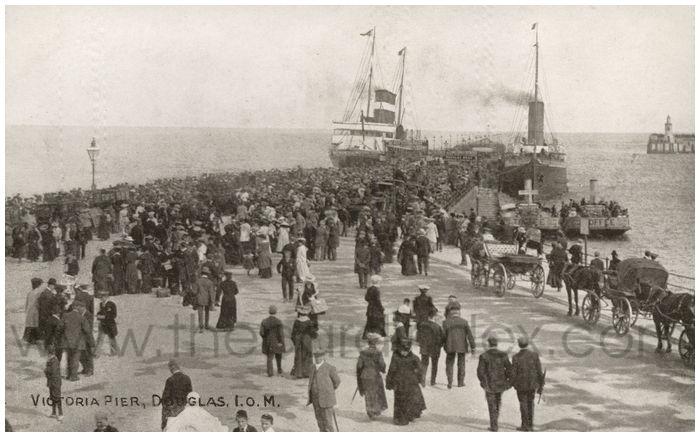 Postcard front: Victoria Pier, Douglas, I.O.M.