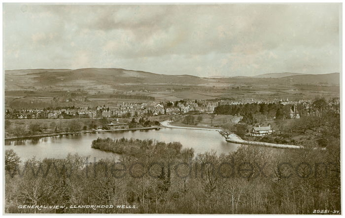 Postcard front: General View, Llandrindod Wells.