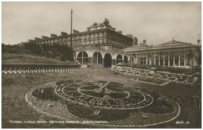 Postcard front: Floral Clock, Royal Princes Parade, Bridlington.
